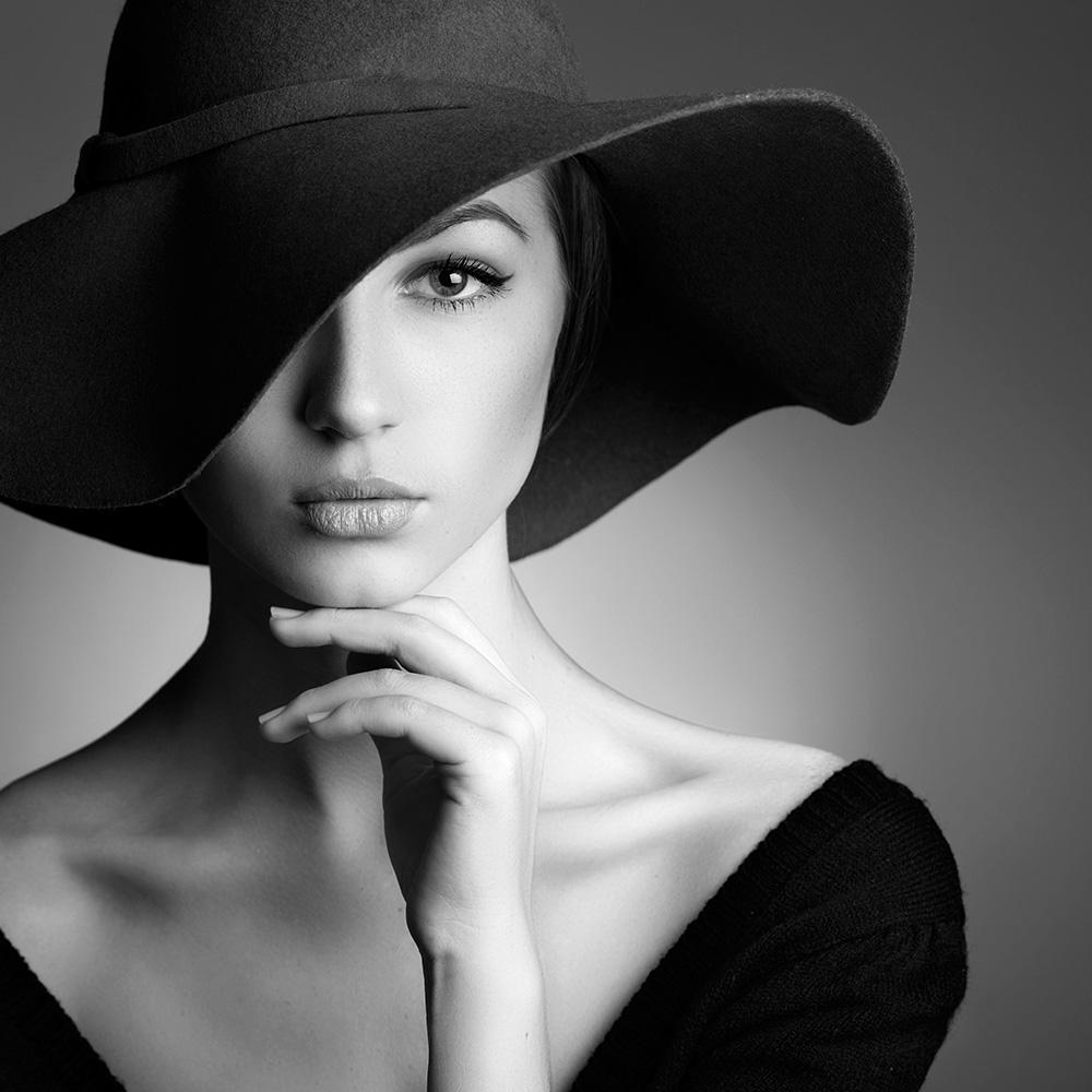 weibliches Model mit Hut in s/w - Fashion Moments Kontakt