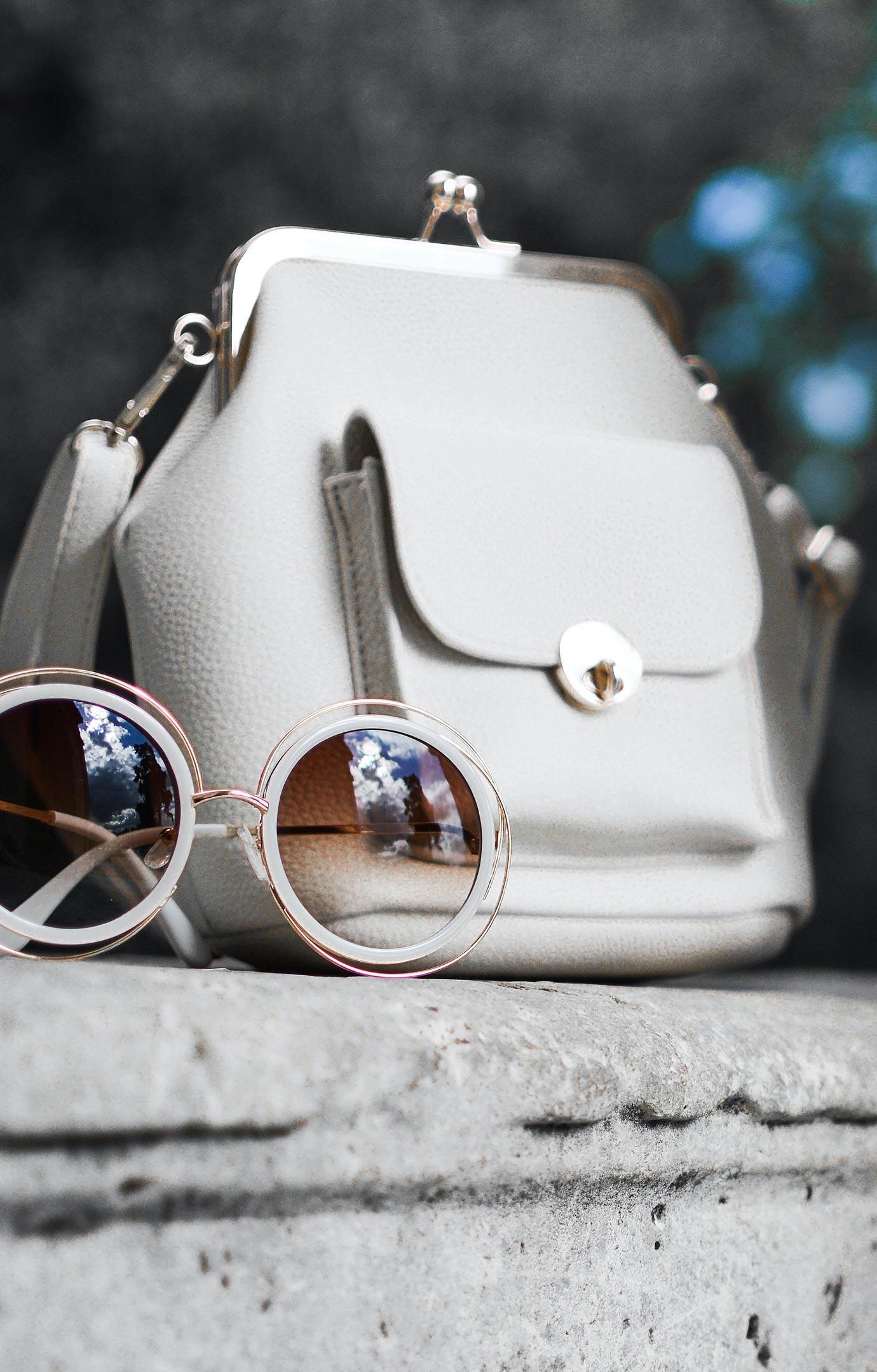 weiße Handtasche und Sonnenbrille - Fashion Moments - Marke München Süd