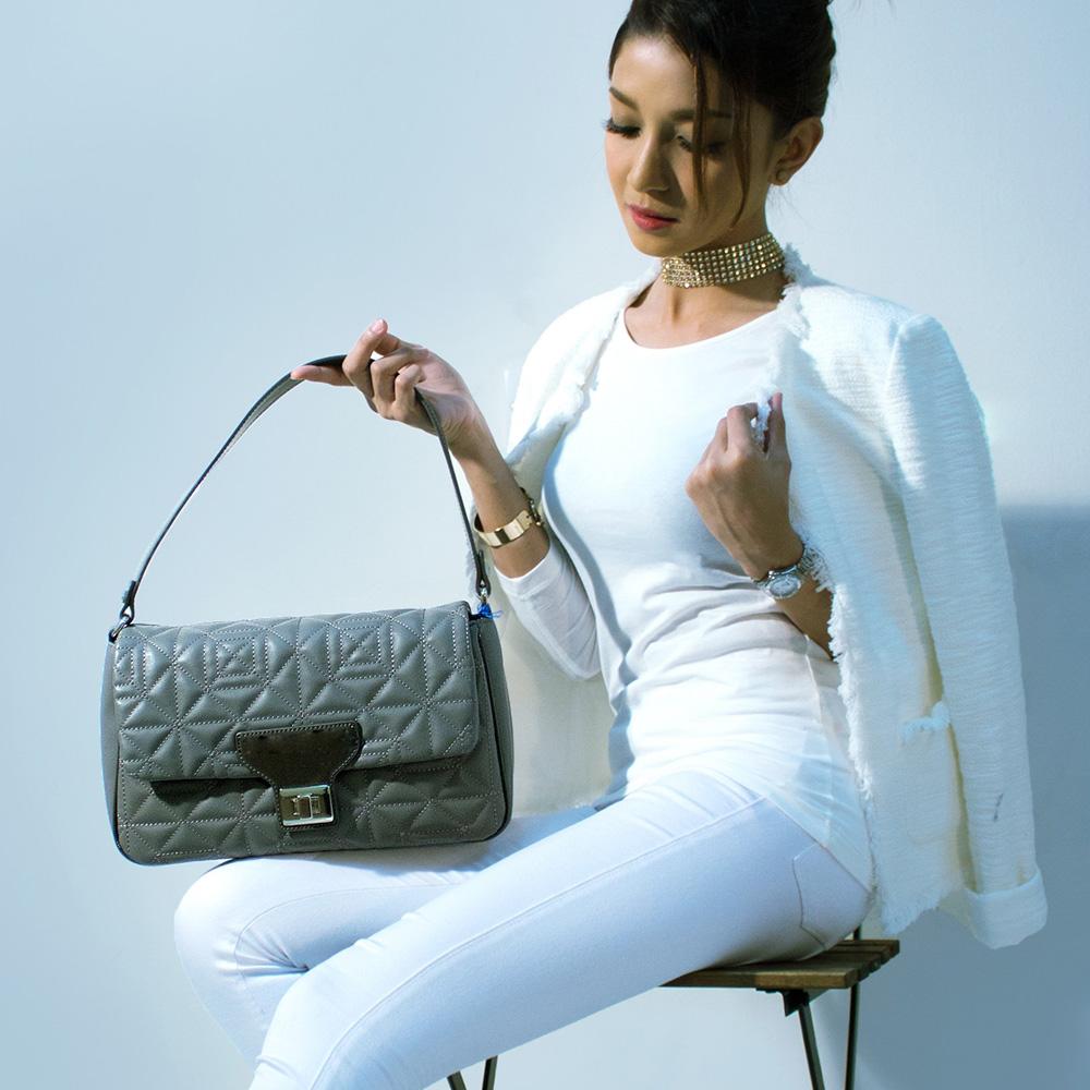 Model mit Handtasche - Fashion Moments Vertrieb Mode